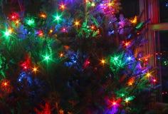 Árbol de navidad con las luces coloridas de la estrella Fotos de archivo