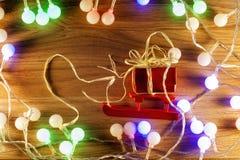 Árbol de navidad con las luces de la Navidad Foto de archivo libre de regalías