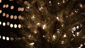 Árbol de navidad con las luces del bokeh de la iluminación almacen de metraje de vídeo