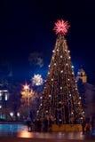Árbol de navidad con las luces en Vilnius Lituania Imagen de archivo libre de regalías