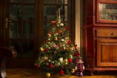 Árbol de navidad con las luces encendido en casa Imágenes de archivo libres de regalías