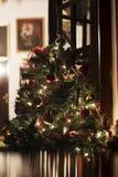 Árbol de navidad con las luces encendido en casa Fotos de archivo