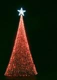 Árbol de navidad con las luces rojas y la estrella brillante imágenes de archivo libres de regalías