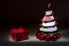Árbol de navidad con las luces y la caja de regalo Imagen de archivo libre de regalías