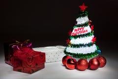 Árbol de navidad con las luces y la caja de regalo Foto de archivo