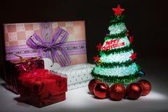 Árbol de navidad con las luces y la caja de regalo Fotos de archivo