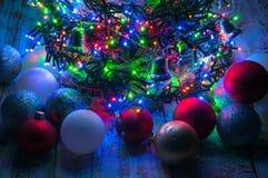 Árbol de navidad con las luces y las decoraciones Fotografía de archivo libre de regalías