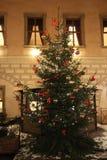 Árbol de navidad con las luces y los ornamentos imagenes de archivo