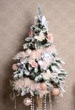 Árbol de navidad con las mariposas rosadas y blancas de las flores artificiales del ornamento del remiendo por Año Nuevo Imágenes de archivo libres de regalías
