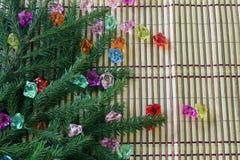 Árbol de navidad con las piedras coloreadas Foto de archivo libre de regalías