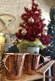 Árbol de navidad con las tazas de cobre fotos de archivo