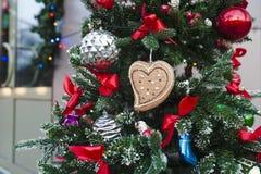 Árbol de navidad con los juguetes Imagen de archivo libre de regalías