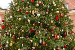 Árbol de navidad con los juguetes Imagenes de archivo