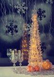 Árbol de navidad con los juguetes, champán, imagen del estilo retro, viejo Fotos de archivo libres de regalías