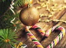 Árbol de navidad con los juguetes, el bastón del caramelo y las estrellas en fondo de madera oscuro en estilo del vintage foto de archivo