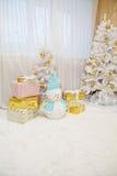 Árbol de navidad con los juguetes y el muñeco de nieve de oro en el cuarto Fotos de archivo