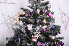 Árbol de navidad con los juguetes y las guirnaldas decorativos en el fondo Fotos de archivo libres de regalías
