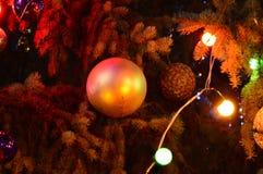 Árbol de navidad con los juguetes y las luces Imagen de archivo libre de regalías