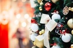 Árbol de navidad con los ornamentos de la Navidad Fotos de archivo libres de regalías