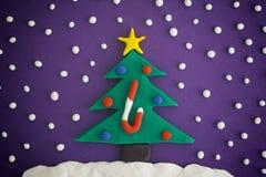 Árbol de navidad con los ornamentos y el bastón de caramelo Imagenes de archivo