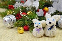 Árbol de navidad con los ornamentos y las liebres hechas punto divertidos, en un rusti Fotos de archivo