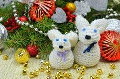Árbol de navidad con los ornamentos y las liebres hechas punto divertidos, en un rusti Imágenes de archivo libres de regalías