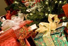 Árbol de navidad con los presentes Foto de archivo libre de regalías