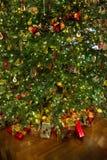 Árbol de navidad con los presentes Imágenes de archivo libres de regalías