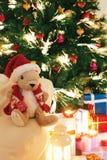 Árbol de navidad con los presentes debajo, con la Navidad Imagenes de archivo