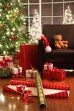 Árbol de navidad con los regalos Imagenes de archivo