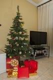 Árbol de navidad con los regalos Foto de archivo