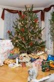 Árbol de navidad con los regalos Fotografía de archivo