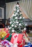 Árbol de navidad con los regalos en casa Fotografía de archivo libre de regalías