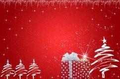 Árbol de navidad con los regalos en fondo rojo Imagenes de archivo