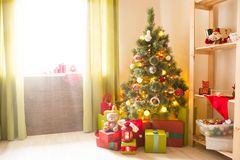 Árbol de navidad con los regalos en un cuarto blanco Mañana de la Navidad Imágenes de archivo libres de regalías