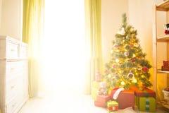 Árbol de navidad con los regalos en un cuarto blanco Mañana de la Navidad Fotos de archivo libres de regalías