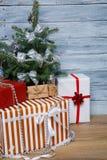 Árbol de navidad con los regalos en un fondo de madera Imagenes de archivo
