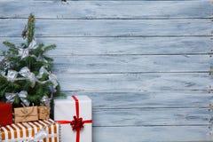 Árbol de navidad con los regalos en un fondo de madera Fotografía de archivo libre de regalías