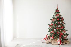 Árbol de navidad con los regalos rojos del Año Nuevo de las decoraciones Fotos de archivo