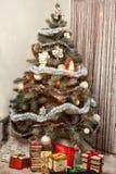 Árbol de navidad con los regalos y las luces Foto de archivo libre de regalías