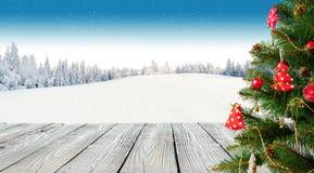 Árbol de navidad con los tablones de madera Imagen de archivo libre de regalías