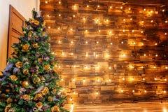 Árbol de navidad con oro y decoraciones negras foto de archivo
