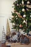 Árbol de navidad con Pinecones Imágenes de archivo libres de regalías