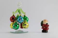 Árbol de navidad con santa foto de archivo
