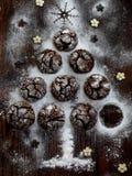 Árbol de navidad construido del chocolate de las galletas con las grietas Tortas del advenimiento Año Nuevo y tarjeta de Navidad  Imagen de archivo libre de regalías