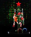 Árbol de navidad de cristal con las decoraciones de la Navidad en fondo oscuro con las luces borrosas Fotografía de archivo libre de regalías