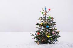 Árbol de navidad curioso del aire abierto en la nieve imagen de archivo libre de regalías
