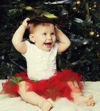 Árbol de navidad de adornamiento cercano del bebé Imágenes de archivo libres de regalías