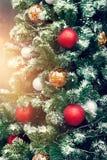 Árbol de navidad de adornamiento colorido en fondo de la iluminación, Imagenes de archivo