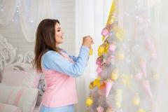 Árbol de navidad de adornamiento modelo Imagen de archivo libre de regalías